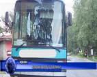 Нападнаха автобус с работници