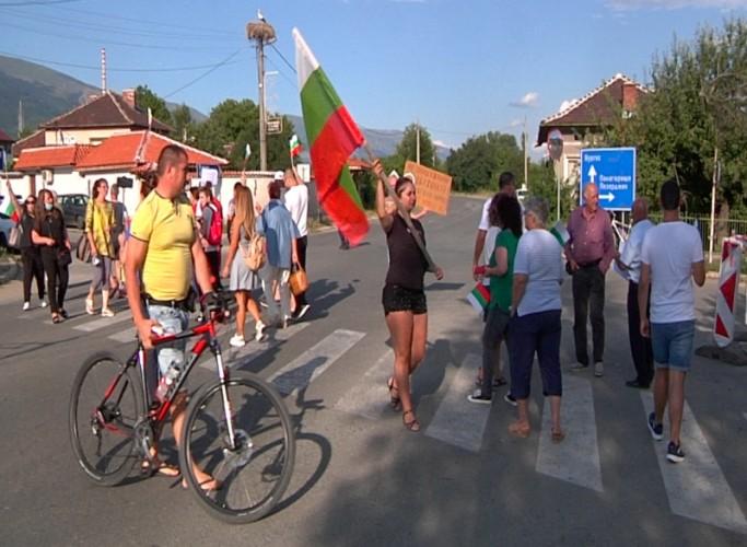 Жители от Средногорието протестираха край Златица